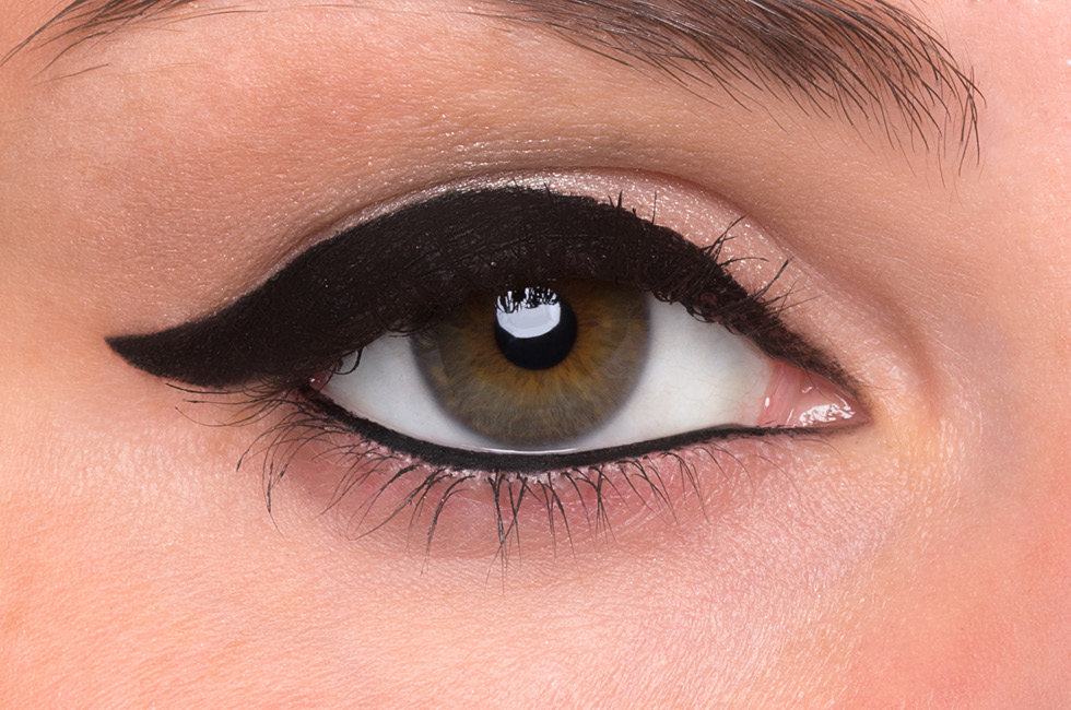 how to make your eyes look smaller using eyeliner